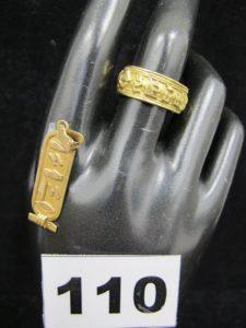 1 Pendentif à écriture égyptienne (L 3,7cm) et 1 bague assortie (TD 55 à monture ouverte). Le tout en or. PB 9,2g