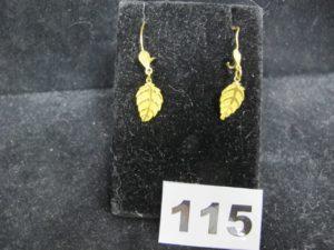 2 pendants d'oreilles en or, décorés de motifs feuilles (L 4cm tordus). PB 2,8g