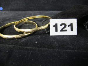 2 Bracelets rigides creux en or, à décors semi-granités (Diam 6,5cm). PB 16,4g