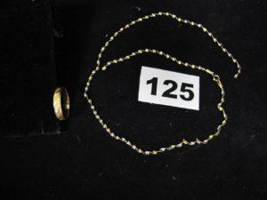 1 Collier tricolore torsadé cassé (L 41 cm) et 1 alliance ciselée (TD 55). Le tout en or. PB 5,3g