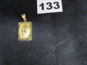 1 Pendentif en or, rectangulaire à motif baroque (L 4 x 2 cm, 1 crochet cassé). PB 8,1g