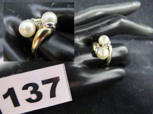 1 Bague Toi & Moi ornée de 2 perles et d'un petit diamant (TD 53). PB 4,6g