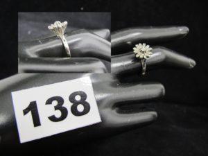 1 Bague en or gris réhaussée de petits diamants (TD 55). PB 2,6g