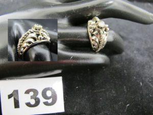 1 Bague ornée d'un diamant central sur monture décorative en or gris (TD 53). PB6,6g