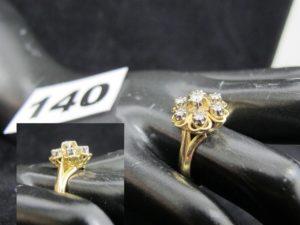 1 Bague en or jaune à motif floral réhaussé de 7 diamants (TD 54). PB 5,2g