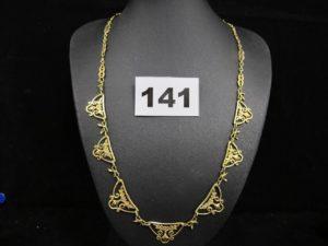 1 collier draperie en or jaune (L 45cm) à motif floral élimé. PB 14,9g