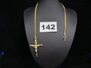 1 chaine maille gourmette (L 62cm) et un christ sur croix bicolore (L 5cm). Le tout en or. PB 8,3g