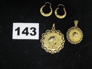 2 boucles créoles ciselées, 1 médaille de la vierge et 1 médaille filigranée décorée d'une perle (Diam 3cm). Le tout en or. PB 15g
