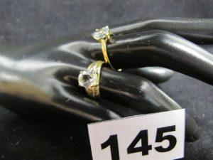 1 bague rehaussée d'une pierre bleutée (TD 58) et 1 ornée d'une pierre blanche légèrement ébrêchée (TD55). Le tout en or. PB 5,2g