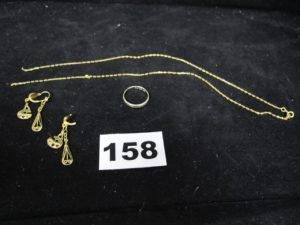 1 alliance ciselée en or gris (TD 50), 1chaine fine nouée et 2 boucles d'oreilles dont 1 cassée. Le tout en or. PB 6,5g