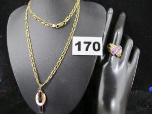 1 pendentif orné d'une pierre violette rectangulaire facetée (L 4cm), 1 bague ornée de pierres (TD 58 cabossée) et 1 chaine large maille double alternée (L60cm). Le tout en or. PB 17g