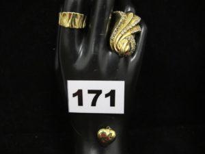 1 bague légèrement tordue (TD 57), 1 pendentif coeur cabossé et 1 bague volumineuse drapée et ornée de pierres blanches (TD 57). Le tout en or. PB 8g