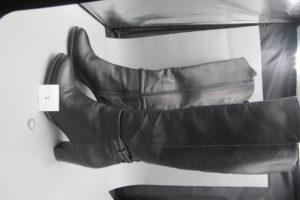 """1 Paire de bottes en cuir noir modèle femme à talon 8 cm env taille 39 comme neuves de marque """"Minelli"""", 1 bague alliage 9 k modèle solitaire rehaussé depierres blanches(td 53).PB 1,07g."""