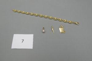 1 Bracelet en or maille grains de café (L21cm),1 pendentif en or à décor d'un parchemin,1 pendentif en or à décor d'une corne d'abondance,1 pendentif en or rehaussé d'une perle.PB 20,2g.