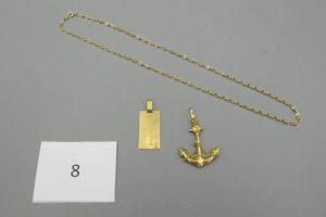 """1 Chaine en or maille torsadée(L44cm),1 plaque d'identité en or gravée des initiales""""AB"""",1 croix camarguaise en or (H 4,5cm).PB 9,1 g."""