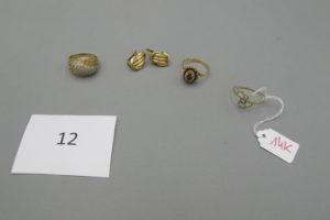 1 Bague en or ornée de petites pierres blanches(td58),1 bague en or ornée de pierres de couleur grenat(td58), 2 boucles en or tréssées,1 bague alliage 14k(td58).PB 14,2 g (dont 0,90 g alliage 14k).