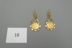 2 Pendants en or filigranés rehaussés d'une pièce de 10 frs en or 22k(H7cm)à décor de coeurs.PB 15,6g.