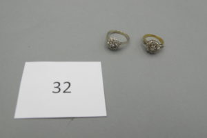 1 Bague 2 ors rehaussée de petits diamants taillés en roses(TD48),1 bague en or gris rehaussée de petits diamants (corps brisé)(TD50).PB 6,4g.