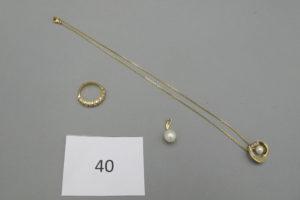 1 Demie alliance en or rehaussée de 9 petits diamants(TD51),1 Collier en or rehaussé de son pendentif orné d'une perle entourée de petits diamants(L42cm)1 pendentif en or rehaussé d'une perle et d'un petit diamant.PB 10g.