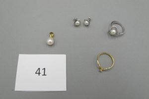 1 Bague en or gris rehaussée d'une perle entouré de petits diamants(TD53) 1 Bague en or modèle solitaire rehaussé d'un petit diamant(TD54),2 boucles en orgris rehaussées d'une perle,1 pendentif en or rehaussé d'une perle.PB9,8g.