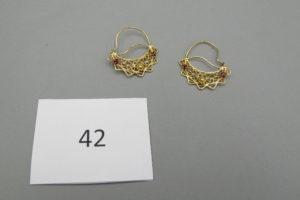 2 Boucles en or style savoyardes rehaussées de petites pierres rouges. PB 4,6g.