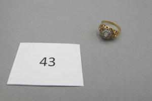 1 Bague 2 ors modèle ancien rehaussée depetits diamants taillés en rose(TD61). PB 5,7g.