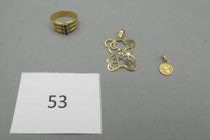 1 Bague en or large rehaussée de trois pierres de couleur entourées de petits diamants dont 2 manquants(TD57),1 médaille en or à décor d'ange,1 pendentif en or à décor d'un ourson (manque 2 pierres).PB 7,6g.