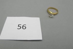 1 Bague en or modèle solitaire ornée d'une pierre blanche(TD57).PB4g.