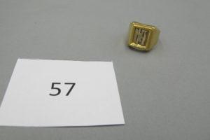 """1 Chevalière en or plateau gravé""""NM"""" (TD58).PB13,4g."""