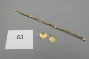 1 Bracelet en or modèle chenille rehaussé de pierres blanches brisé,1 médaille en or à décor d'inscription,1 pendentif en or en forme de coeur.PB 7,4g.