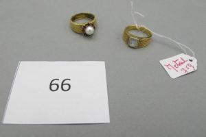 1 Bague en or granité rehaussée d'une perle et entourée de pierres rouges (TD52).PB 5,06g + 1 bague en métal PB 3,5g.