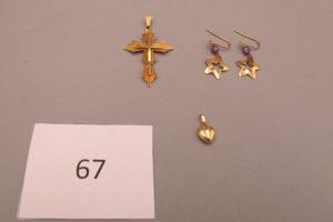 1 Croix en or, 2 pendants en or à décor d'étoile rehaussés d'une pierre mauve,1 pendentif en or à décor de coeur.PB 4,3g