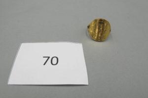 1 Bague en or à décor d'une pièce de 20 frs 22 K retournée(TD56).PB 10,1g.