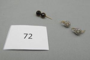1 Pince en or Arlésienne rehaussée de deux pierres noires(poinçon tête de cheval),2 dormeuses en or rehaussées de diamants taillés en roses.PB 5,8g