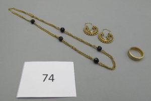 1 Collier en or maille plate et orné de pierres noires(L36cm),2 créoles en or fantaisie, 1 alliance en or ciselée (TD49).PB 14,3g.