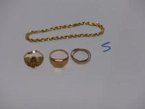 1 bracelet maille corde (un peu abimé, L19cm), 1 bague abimée en 22k (td56), 1 chevalière gravée et cassée, 1 alliance 2 brins (td54). Le tout en or PB 11,2g