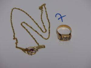 1 collier motif central à décor floral et orné d'une petite pierre rouge et 2 petits diamants (L42cm) et 1 bague ornée de 3 pierres (td56).Le tout en or PB 8,4g