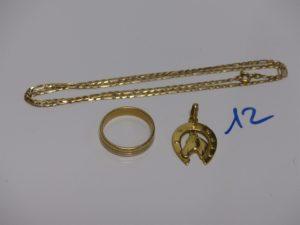 1 chaîne maille alternée (L46cm), 1 pendentif fer à cheval et 1 alliance bicolore (td59). Le tout en or PB 14,6g
