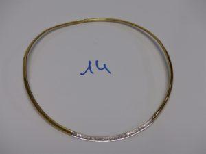 1 collier ras de cou articulé en or, motif central orné d'un pavage de petits diamants (diamètre 11cm). PB 15,3g