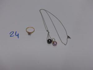 1 collier en or motif central rehaussé de 3 perles en pampille (L42cm) et 1 bague en or rehaussée d'une petite pierre (td54). PB 7,8g