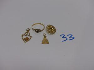1 bague en or ornée d'une petite pierre rouge (td54) et 3 pendentifs en or (1 à décor d'une rose et cabossé, 1 à décor floral et 1 à décor de Boudha). PB 4,2g