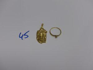 1 pendentif Christ (belière abimée) et 1 bague ornée d'une pierre (td55). Le tout en or 4,3g