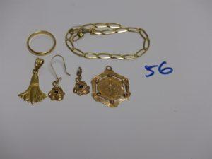1 bracelet cassé, 1 médaille gravée au verso, 1 pendentif floral, 1 alliance (td52) et 1 paire de pendants (1 casse manque attache). PB 12,7g