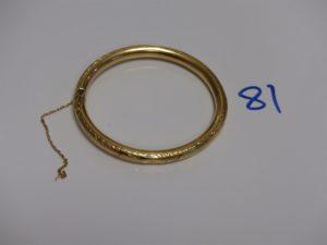 1 bracelet jonc, creux, ouvrant et ouvragé (un peu cabossé, chaînette de sécurité cassée, diamètre 4,5/5,5cm). PB 12,9g