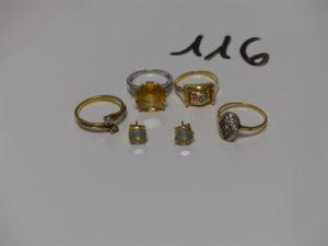 4 bagues (1 toi et moi ornée de 2 petits diamants td53, 1 bicolore ornée de petits diamants, 1 ornée d'une petite pierre blanche td50 et 1 bague rehaussée d'une grosse pierre jaune épaulée de petits diamants td49) et 1 paire de boucles ornées d'une pierre. Le tout en or 13,4g