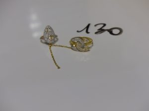 1 bague doigt avec décor pour l'ongle et motifs ornés de petites pierres (1 des chaînette est cassée, td53 et 42). Le tout en or PB 5,7g