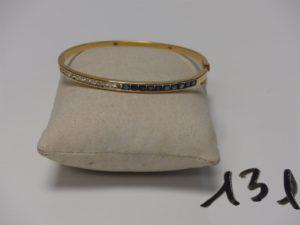 1 bracelet rigide ouvrant en or, motif central orné d'un rang de petites pierres bleues et petits diamants (diamètre 4,5/5,5cm)(env. 0,60ct). PB 12,3g