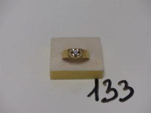 1 bague en or ornée d'une pierre (td64). PB 7,7g