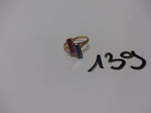 1 bague en or ornée de 2 pierres (1 rose et 1 bleue, td58). PB 4,7g