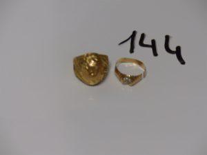 1 bague ouvragée en or (td55) et 1 bague monture cassée en or et ornée de petites pierres (qques soudures en 14k). PB 11,2g